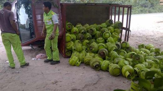 Sumber : http://batam.tribunnews.com/2014/09/03/pick-up-lpg-terbalik-ratusan-tabungan-gas-tutupi-jalan-sei-temiang-batam